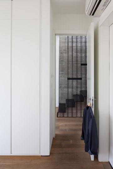 מראה המסדרון והמדרגות מתוך חדר ההורים (צילום: טל ניסים )