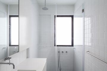 שני חדרי הרחצה פשוטים ונקיי קווים  (צילום: טל ניסים )