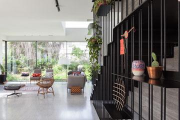 עם פתיחת דלת הכניסה: גרם המדרגות מימין, הגינה ממול (צילום: טל ניסים )