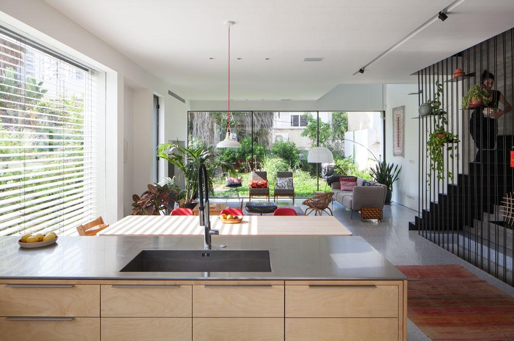 בין המטבח לפינת האוכל מפריד דלפק רחב, שמשמש למלאכת הבישול. הארונות עשויים עץ לבנה (צילום: טל ניסים )