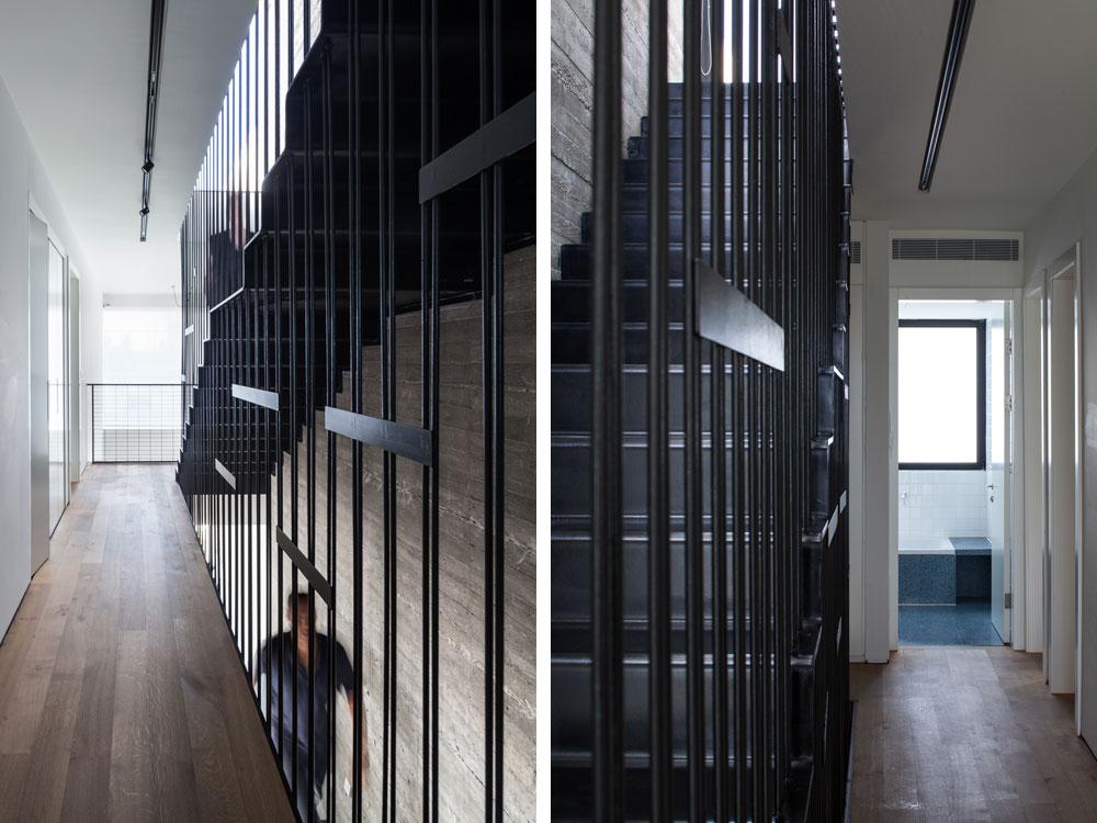 מימין: חדר הרחצה בקצה המסדרון בקומה העליונה, עם טראצו כחול שמטפס על דופן האמבטיה. משמאל: המסדרון מסתיים במעקה רשת, משם אפשר להשקיף אל הסלון והגינה האחורית (צילום: טל ניסים )