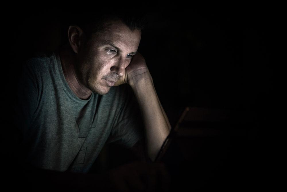 """""""ואז בדרך למיטה שלי אני רואה שבעלי עדיין על המחשב. מה הוא עוד עושה שם?"""" צילום אילוסטרציה (צילום: shutterstock )"""