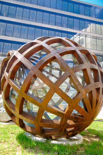 פיסול הוא חלק בלתי נפרד מעיצוב הקמפוסים. כאן, למשל, בבן גוריון (צילום: דני מכליס, אוניברסיטת בן-גוריון בנגב)
