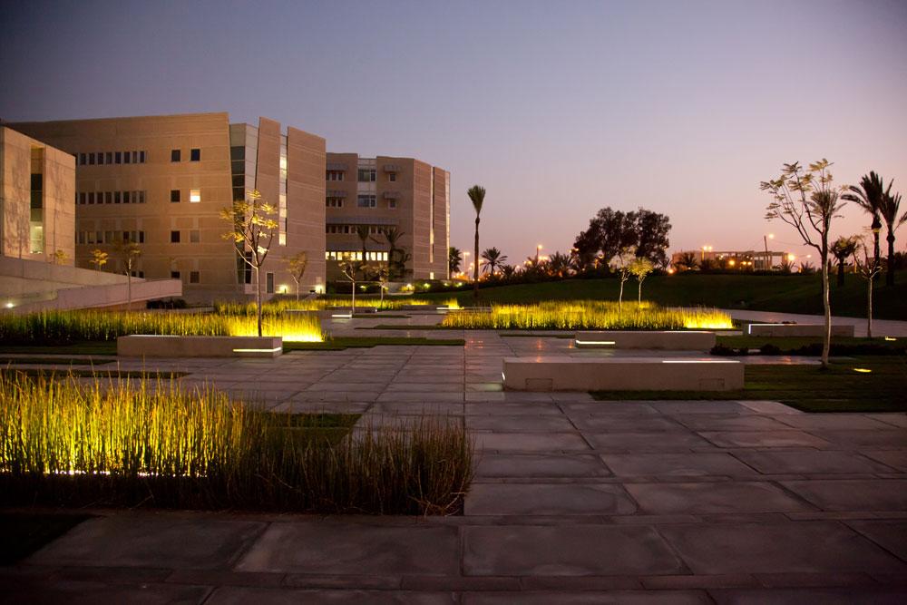 כיכר דייכמן בקמפוס, בתכנון חיוטין אדריכלים. מעוצבת אך שוממת (צילום: דני מכליס, אוניברסיטת בן-גוריון בנגב)