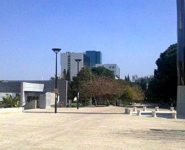 כיכר בטכניון. הקמפוס מנותק מהערים השכנות (צילום: Nil pat13, cc)