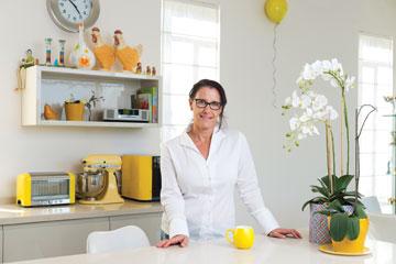 """ענבר במטבח ביתה, """"ברור שהכל צהוב, מה חשבת?"""" (צילום: יונתן בלום)"""