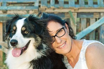 """""""פתח לי את הדלת בחור צעיר שבידיו גור של כלב רועים אוסטרלי"""" (צילום: עדי אדר)"""
