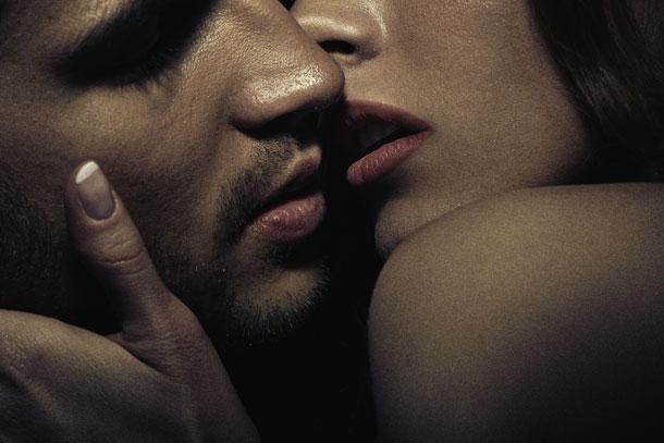 עבור נשים רבות החשק המיני הוא תגובתי - קודם נשיקות ומגע, ואז תשוקה (צילום: shutterstock)