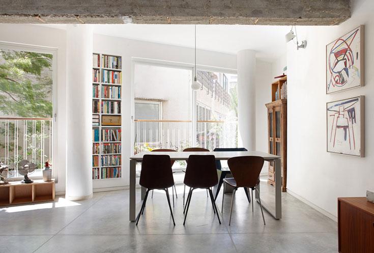 וזו היתה דירתה של סבתה של נורית קוניאק, שתוכננה בשנות ה-60 ברחוב לטריס במרכז תל אביב, ושבשיפוץ שעברה גדלה מ-3 ל-5 חדרים. לכתבה המלאה לחצו על התמונה (צילום: עדי גלעד)