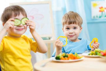 ילדים יסכימו לטעום מזונות לא מוכרים כשהם אוכלים עם אחרים, בעיקר עם חברים (צילום: shutterstock)
