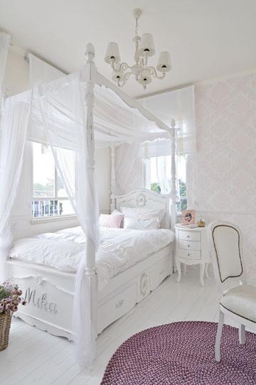 החדר של הילדה  בצבעוניות קלאסית שמשלבת גוני לבן, ורוד וסגול (צילום: שי אדם)