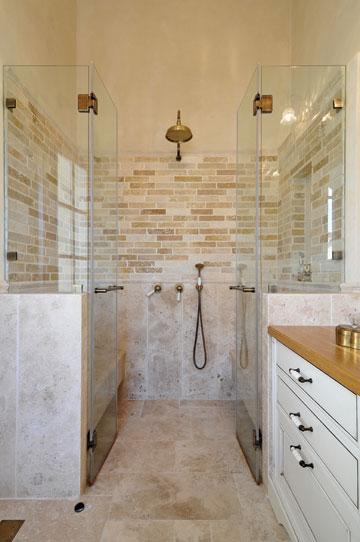 מקלחון זוגי מפנק הכולל זוג ספסלים (צילום: שי אדם)