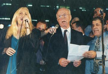 """יצחק רבין עם מירי אלוני, 4 בנובמבר 1995. """"אמרתי לו: 'אתה בסכנה'"""" (צילום: מיכאל קרמר)"""