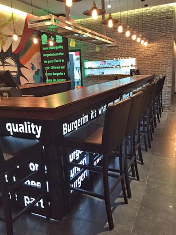 המבורגרים. קירות הגרפיטי הם לב המסעדה (צילום: אביאל רמי )