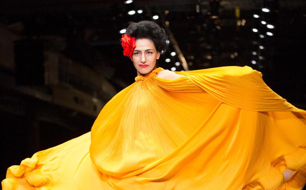 רונית אלקבץ פותחת את התצוגה בדגם של אלבר אלבז, המעצב המצליח ביותר שיצא משנקר (צילום: אורית פניני)