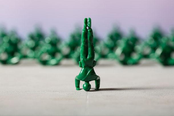 ה-Yoga Joes, שמציעים חלופה שלווה לחיילי הצעצוע המוכרים GI Joes