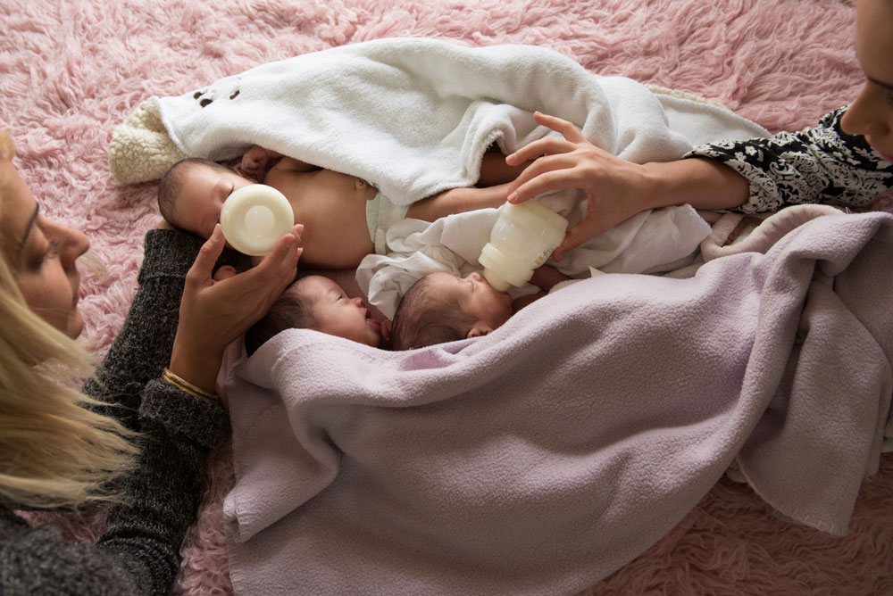 """""""כל אחד בבית הוא כוח עבודה לטיפול בתינוקות, כולל הילדים הגדולים, הסבים, הסבתות וכל מי שרק אפשר"""" (צילום: אנדה יואל)"""