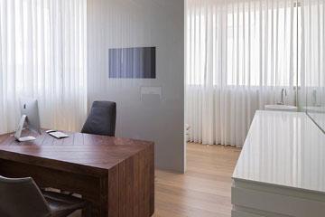 חדרי טיפולים עם וילונות לבנים (צילום: אלעד שריג)
