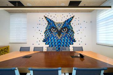 הצבע הכחול וצורת המשולש מופיעים שוב ושוב, כאן בדמות ינשוף על הקיר (צילום: אילן נחום)