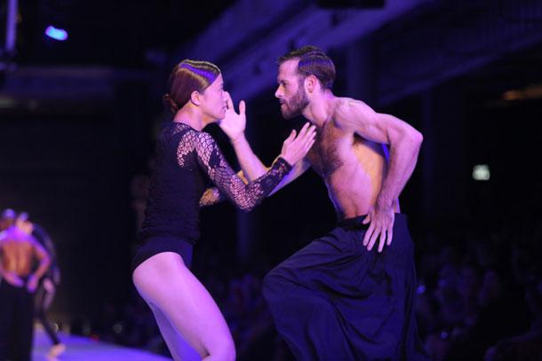 רקדני ההרכב L-E-V של שרון אייל בתצוגה של מרסלו בורלון (צילום: אורית פניני)