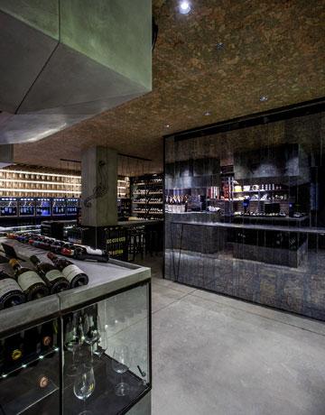 ספריית היין ב''טייסטינג רום''. עיצוב: סטודיו OPA (צילום: יואב רוקין)