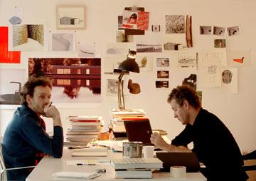 רונאן (מימין) וארוון בורולק, בסטודיו שלהם בפריז (צילום: Studio Bouroullec)