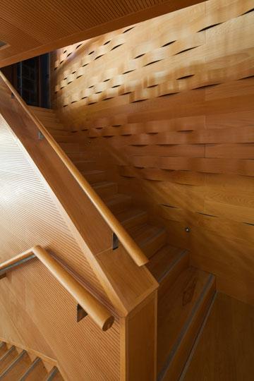 לא פחות מ-6 גרמי מדרגות מובילים לאולם ונמצאים בו (צילום: טל ניסים)