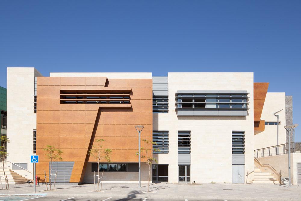אחת החזיתות של בית התרבות של סביון. חיפויי העץ יוצאים החוצה, כשבחזיתות אחרות יש זכוכיות צבעוניות כדי להטיל אור ססגוני פנימה (צילום: טל ניסים)