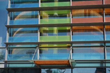 הזכוכיות הצבעוניות במבט מקרוב (צילום: עמית האס)