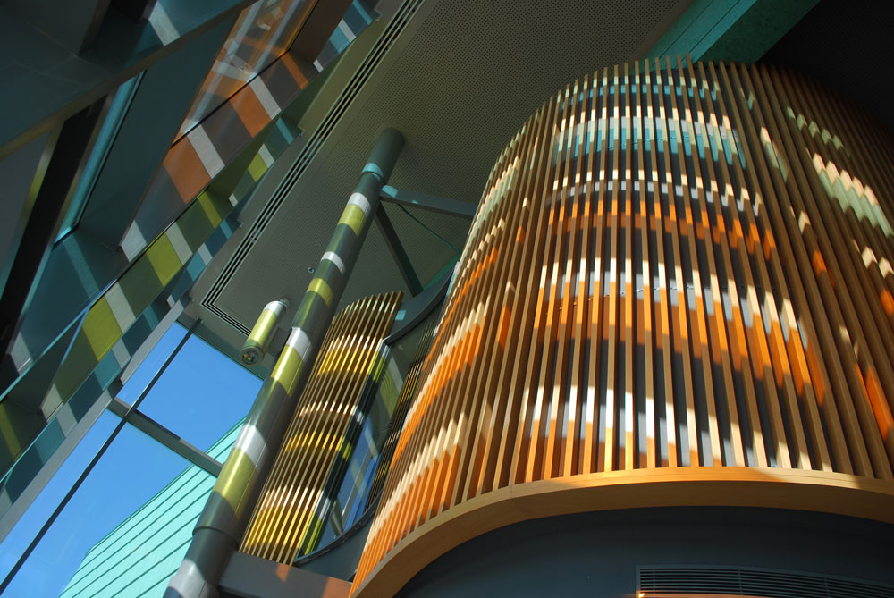 חדר הישיבות עוצב בצורת תלתן, וגם הוא עתיר חיפויי עץ  ונהנה מהאור שנשבר על הזכוכיות הצבעוניות (צילום: עמית האס)