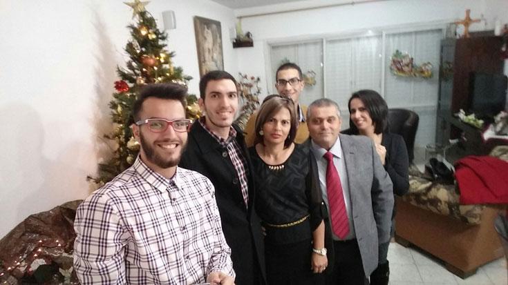 """ארבעת האחים עם הוריהם טאניוס וג'ומאנה. """"ישראל לא רצתה להכניס אותנו בהתחלה, אז נתקענו בגבול והתחילו לירות עלינו"""" (צילום: משפחת בוטרוס)"""