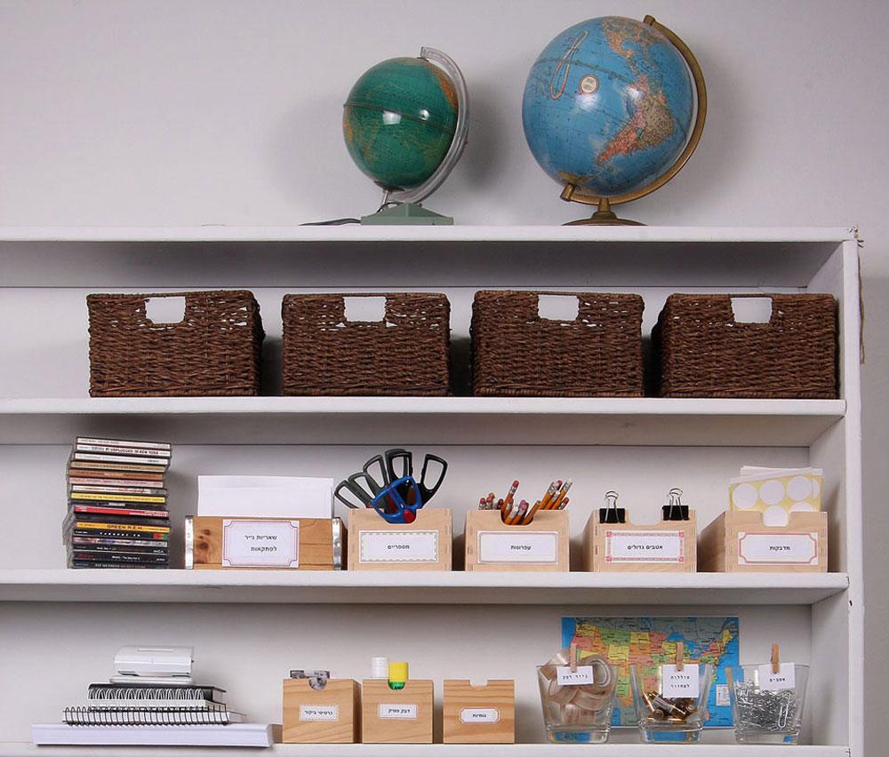 חדר העבודה. צנצנות זכוכית קטנות יכולות לשמש למיון ואחסון של סוללות, מהדקים, נעצים, ושאריות נייר (צילום: אירית זילברמן)