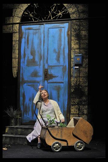 """כניסה לבית ערבי בעיר. רוזינה קמבוס במחזה """"השיבה לחיפה"""" מאת בעז גאון, ע''פ ג'אסן כנאפני, בתיאטרון הקאמרי 2008 (צילום: יוסי צבקר, באדיבות התיאטרון הקאמרי של תל אביב)"""