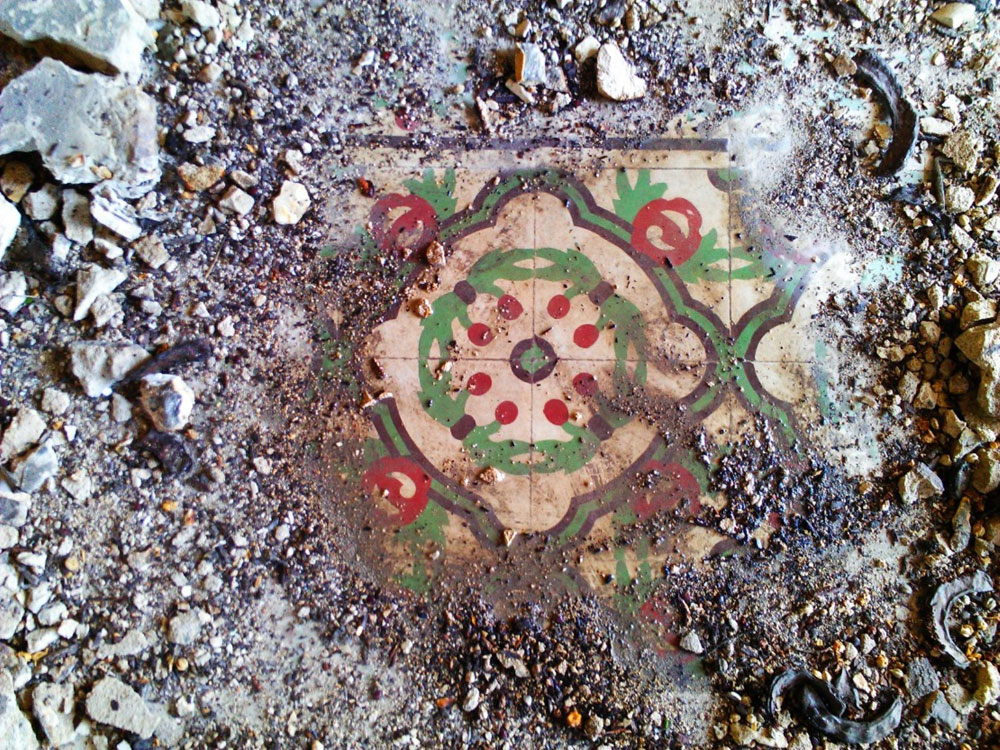 בועז רפאלי מתעד רצפות מעוטרות במבנים נטושים בעיר התחתית בחיפה. מתוך התערוכה החדשה (באדיבות בועז רפאלי)