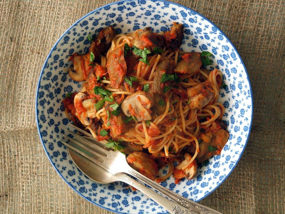 ספגטי ברוטב עגבניות צלויות עם פטריות וחצילים (צילום: ענת לבל)