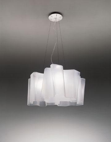 מנורה של המותג ארטמידה ב-4,849 שקלים ב''קמחי'' (באדיבות קמחי תאורה)