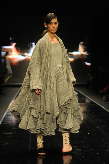 גילי סער בתצוגה של ששון קדם בשבוע האופנה תל אביב 2011. ''אם אנחנו יכולים להיות שגרירים ל-18 דקות, למה לא?'' (צילום: גדי דגון)