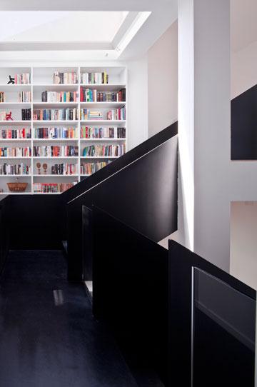 הספרים ''מלווים'' את המדרגות לגובה הבית (צילום: עמית גרון)