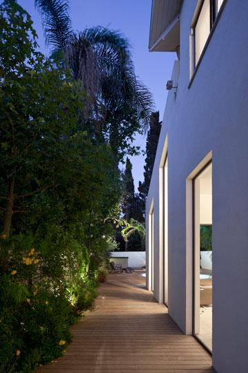 שביל הכניסה נמשך לאורך הסלון עד הגינה האחורית (צילום: עמית גרון)