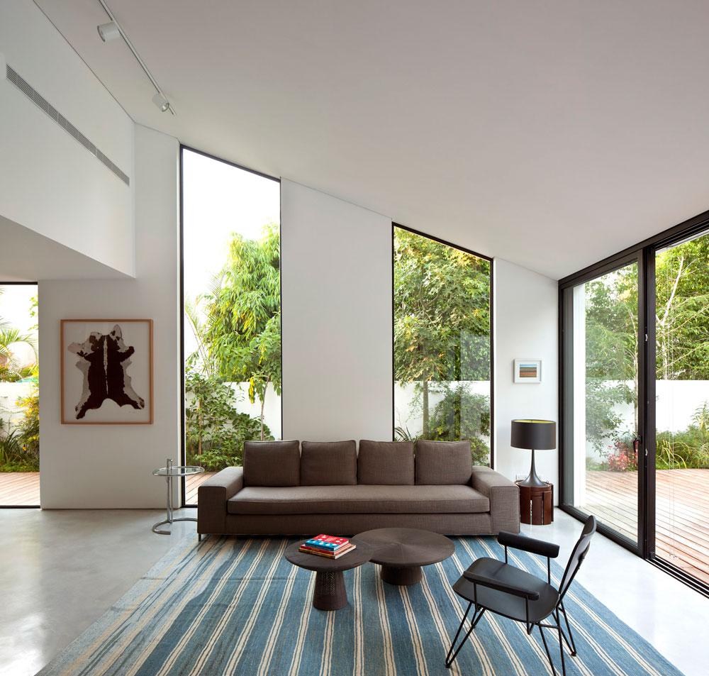 לסלון נבחרו רהיטים מעטים יחסית אך מדויקים, שנקנו ב''טולמנ'ס'' ו''הביטאט''. בני הבית החליטו לא לחסוך בגימור ובפרטים, אך ויתרו על היצר להגדיל את הבית (צילום: עמית גרון)