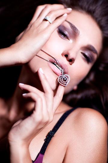 עם תכשיטים בעיצובה. עובדת עם זהב ויהלומים (צילום: אלכס ליפקין)