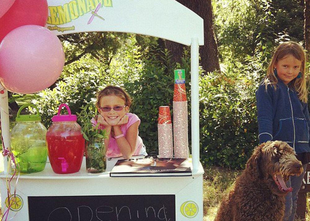 מוכיחה לכולם שלאקטיביזם אין גיל, ויויאן האר (צילום: MAKEASTAND! Not For Sale Lemonaid)