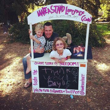 ויוי ומשפחתה (צילום: MAKEASTAND! Not For Sale Lemonaid)