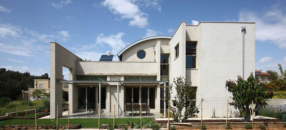 בית ירוק בשרון, בתכנון ''רימון אדריכלים''. החזיתות הארוכות פונות לצפון ולדרום, כדי לחסוך בחשמל למיזוג. על הגג יריעות סולאריות לייצור חשמל והגינה מושקית באמצעות מערכת מים אפורים (צילום: עוזי פורת)