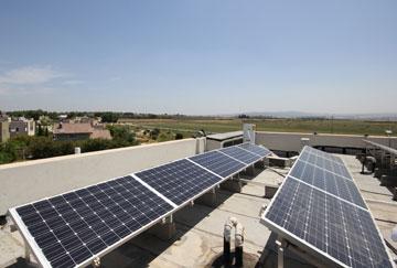 פאנלים סולאריים על הגג (באדיבות מלכא אדריכלים)