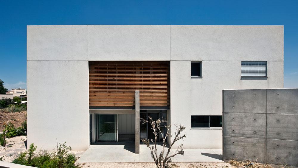מחשבה רבה הושקעה בתכנון הפתחים וההצללות, כדי לחסוך באנרגיה. החזית הדרומית מוצללת באמצעות תריסי אור ורפפות עץ קבועות. זיגוג החלונות כפול ומצופה בציפוי מבודד (צילום: עודד סמדר)