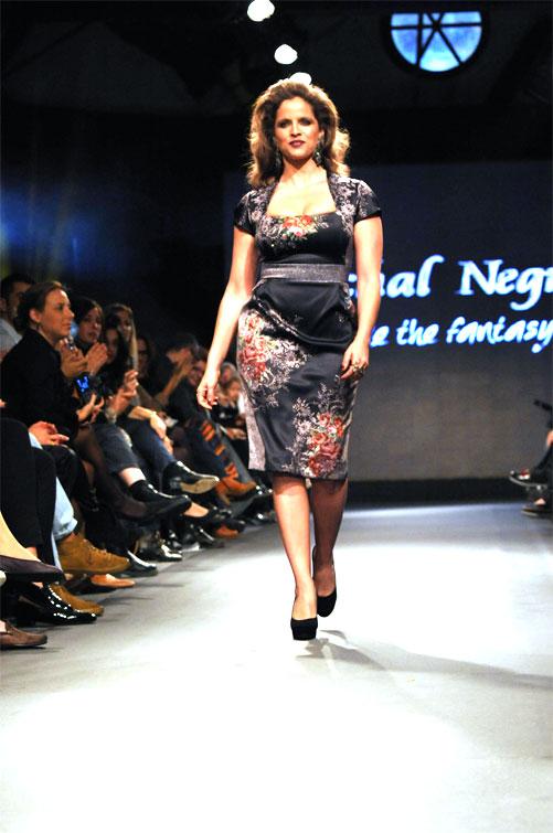 נועה תשבי בתצוגת האופנה של מיכל נגרין. יותר חמה מהשמש (צילום: דודו אזולאי)