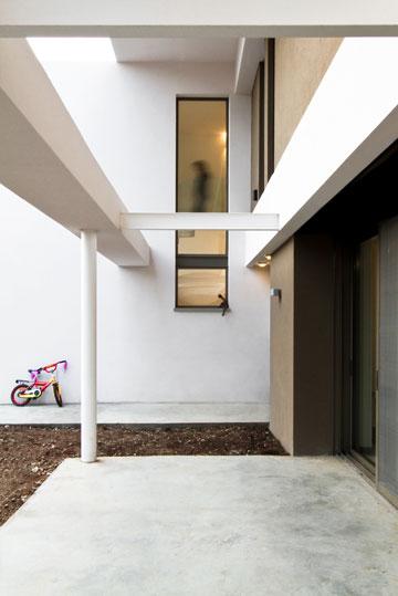 פתחים חסכוניים בחשמל - מרכיבים הכרחיים בתכנון. בית של ''saab אדריכלים'' (צילום: סנטנדראו לוסיאנו)