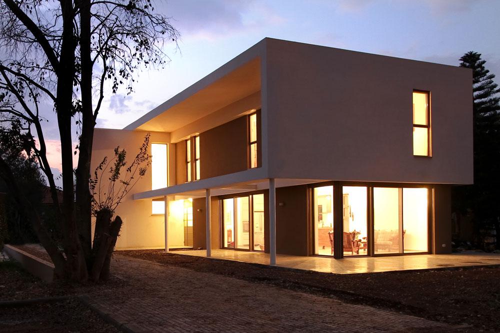 בית ''ירוק'' אחר בכפר יהושע, בתכנון ''saab אדריכלים''. המבנה פשוט: שתי תיבות המונחות זו על גבי זו. החלונות הוצללו באמצעות מסגרת, שהיא חלק איטגרלי מהמבנה (צילום: סנטנדראו לוסיאנו)