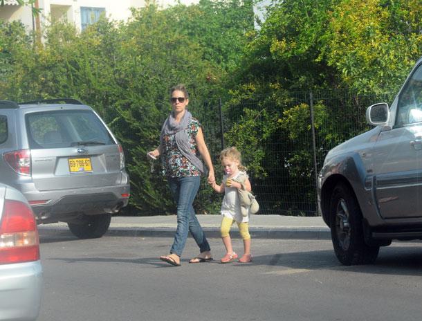 עלמה זק ובתה בדרך לגן (צילום: ברק פכטר)